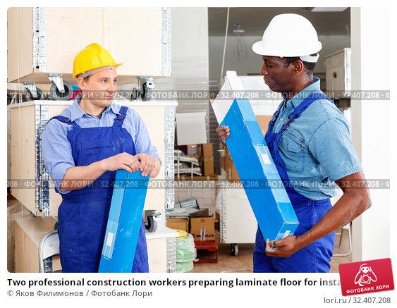 Купить «Two professional construction workers preparing laminate floor for installation», фото № 32407208, снято 4 мая 2018 г. (c) Яков Филимонов / Фотобанк Лори