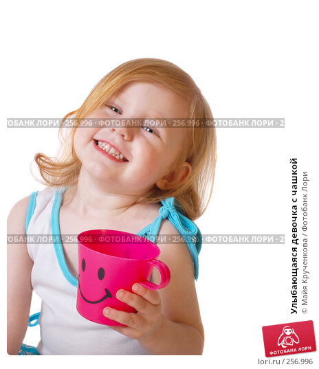 Купить «Улыбающаяся девочка с чашкой», фото № 256996, снято 16 апреля 2008 г. (c) Майя Крученкова / Фотобанк Лори