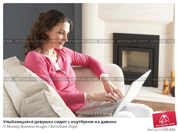 фото девушек за ноутбуком сидя на