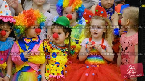 Купить «Unidentified children 4-5 years old in clown costumes at a party», видеоролик № 30449860, снято 14 марта 2019 г. (c) Антон Гвоздиков / Фотобанк Лори