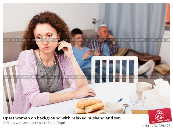Upset woman on background with relaxed husband and son. Стоковое фото, фотограф Яков Филимонов / Фотобанк Лори