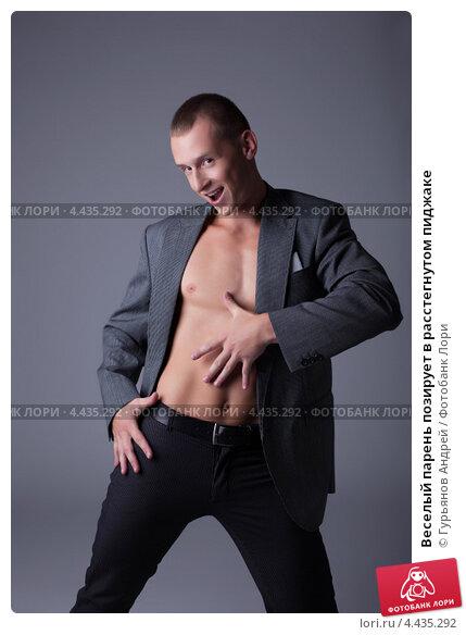 Купить «Веселый парень позирует в расстегнутом пиджаке», фото № 4435292, снято 11 июля 2012 г. (c) Гурьянов Андрей / Фотобанк Лори