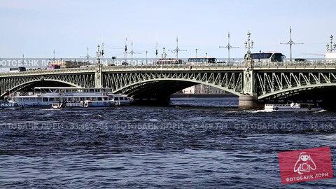 View of Trinity drawbridge in St. Petersburg on a sunny summer day, Russia. Стоковое видео, видеограф Наталья Волкова / Фотобанк Лори