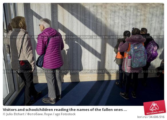 Visitors and schoolchildren reading the names of the fallen ones ... (2018 год). Редакционное фото, фотограф Julio Etchart / age Fotostock / Фотобанк Лори