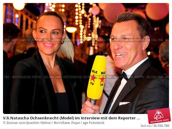 V.li.Natascha Ochsenknecht (Model) im Interview mit dem Reporter ... Стоковое фото, фотограф Zoonar.com/Joachim Hahne / age Fotostock / Фотобанк Лори