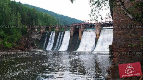 Water dam in the forest - river water falls down under the bridge. Стоковое видео, видеограф Константин Шишкин / Фотобанк Лори