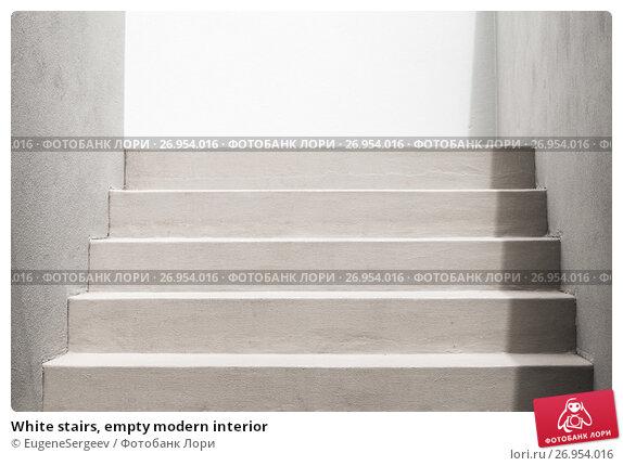 White stairs, empty modern interior, фото № 26954016, снято 23 августа 2017 г. (c) Евгений Сергеев / Фотобанк Лори