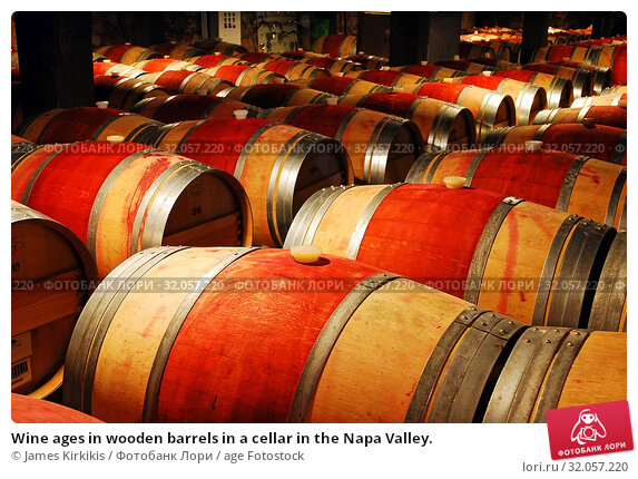 Wine ages in wooden barrels in a cellar in the Napa Valley. Стоковое фото, фотограф James Kirkikis / age Fotostock / Фотобанк Лори