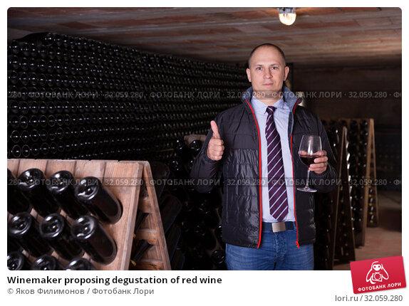 Winemaker proposing degustation of red wine. Стоковое фото, фотограф Яков Филимонов / Фотобанк Лори
