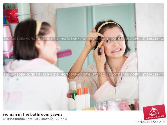 Купить «woman in the bathroom yawns», фото № 27546216, снято 12 декабря 2017 г. (c) Типляшина Евгения / Фотобанк Лори