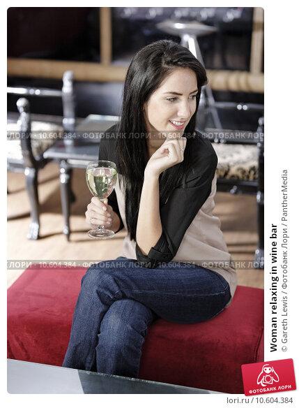 Woman relaxing in wine bar. Стоковое фото, фотограф Gareth Lewis / PantherMedia / Фотобанк Лори