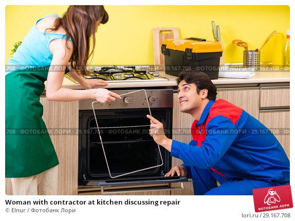 Купить «Woman with contractor at kitchen discussing repair», фото № 29167708, снято 20 июня 2018 г. (c) Elnur / Фотобанк Лори