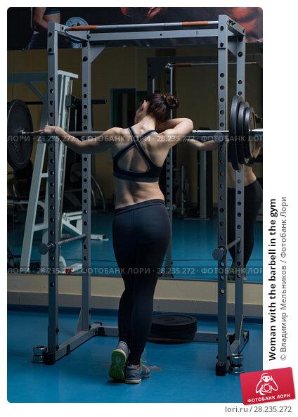Купить «Woman with the barbell in the gym», фото № 28235272, снято 21 марта 2018 г. (c) Владимир Мельников / Фотобанк Лори