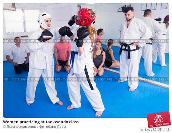 Women practicing at taekwondo class. Стоковое фото, фотограф Яков Филимонов / Фотобанк Лори
