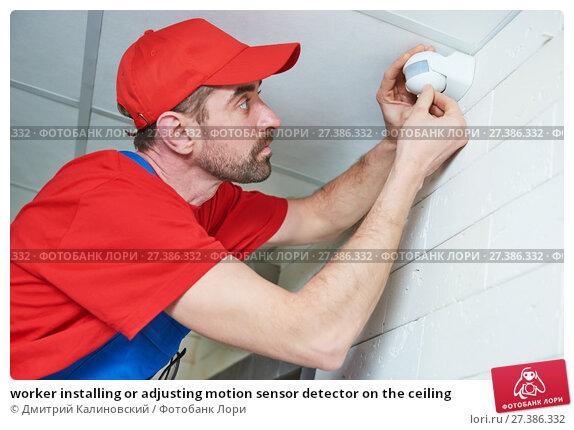 Купить «worker installing or adjusting motion sensor detector on the ceiling», фото № 27386332, снято 15 декабря 2017 г. (c) Дмитрий Калиновский / Фотобанк Лори
