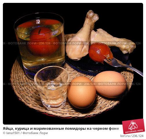 Яйца, курица и маринованные помидоры на черном фоне, эксклюзивное фото № 236124, снято 30 января 2008 г. (c) lana1501 / Фотобанк Лори