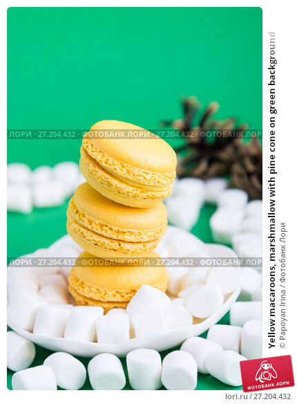 Купить «Yellow macaroons, marshmallow with pine cone on green background», фото № 27204432, снято 8 ноября 2017 г. (c) Papoyan Irina / Фотобанк Лори