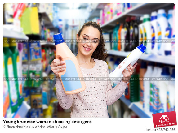 Young brunette woman choosing detergent, фото № 23742956, снято 24 февраля 2017 г. (c) Яков Филимонов / Фотобанк Лори