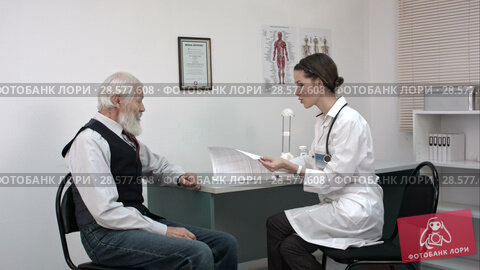 Купить «Young doctor talking to the elder man», видеоролик № 28577608, снято 20 июня 2016 г. (c) Vasily Alexandrovich Gronskiy / Фотобанк Лори