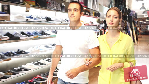 Купить «Young loving couple walking out from apparel shop», видеоролик № 32582024, снято 12 июля 2020 г. (c) Яков Филимонов / Фотобанк Лори