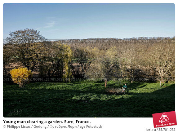 Young man clearing a garden. Eure, France. Стоковое фото, фотограф Philippe Lissac / Godong / age Fotostock / Фотобанк Лори