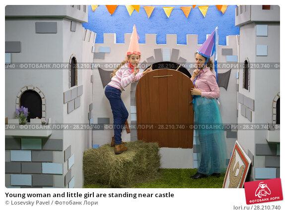 Купить «Young woman and little girl are standing near castle», фото № 28210740, снято 12 сентября 2015 г. (c) Losevsky Pavel / Фотобанк Лори
