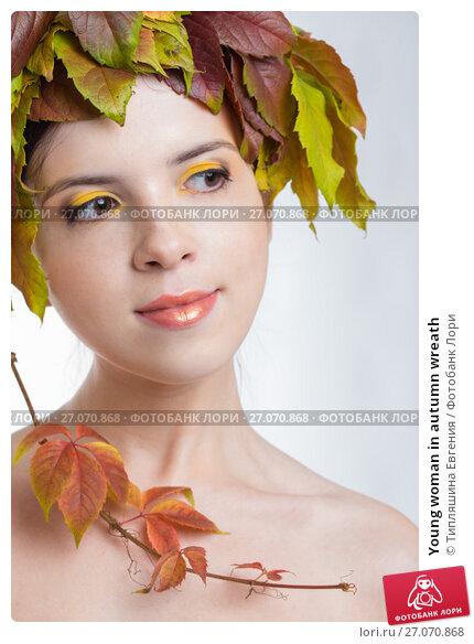 Young woman in autumn wreath, фото № 27070868, снято 3 ноября 2015 г. (c) Типляшина Евгения / Фотобанк Лори