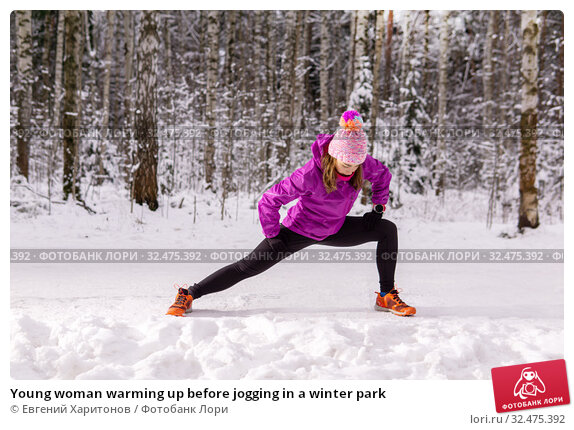 Купить «Young woman warming up before jogging in a winter park», фото № 32475392, снято 24 ноября 2019 г. (c) Евгений Харитонов / Фотобанк Лори