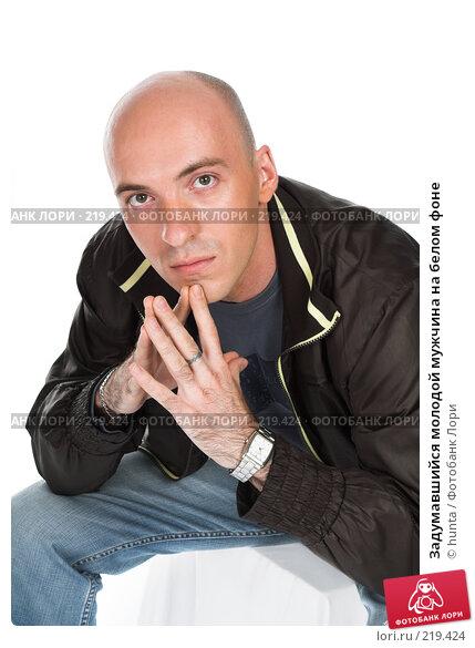 Задумавшийся молодой мужчина на белом фоне, фото № 219424, снято 21 августа 2007 г. (c) hunta / Фотобанк Лори