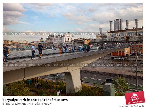 Купить «Zaryadye Park in the center of Moscow.», фото № 32166488, снято 14 августа 2019 г. (c) Елена Блохина / Фотобанк Лори