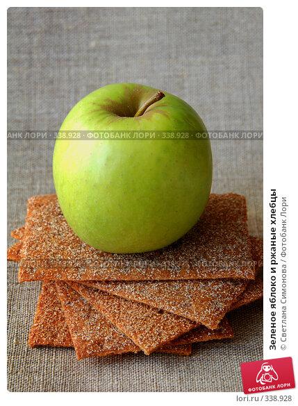 Зеленое яблоко и ржаные хлебцы, фото № 338928, снято 10 июня 2008 г. (c) Светлана Симонова / Фотобанк Лори