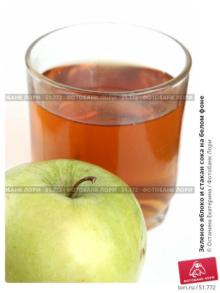 Зеленое яблоко и стакан сока на белом фоне, фото № 51772, снято 17 марта 2007 г. (c) Останина Екатерина / Фотобанк Лори