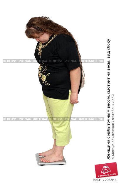 Женщина с избыточным весом, смотрит на весы, вид сбоку, фото № 206944, снято 17 февраля 2008 г. (c) Михаил Коханчиков / Фотобанк Лори