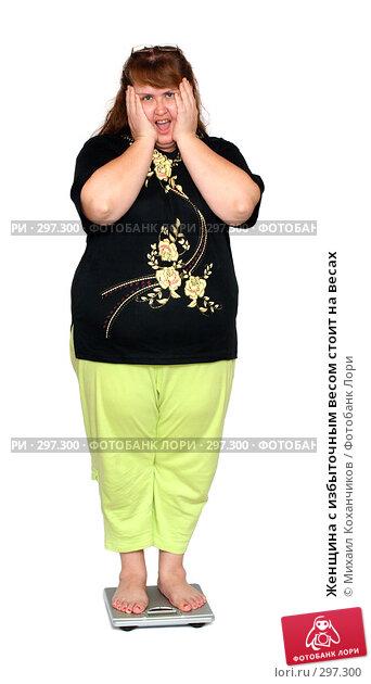 Женщина с избыточным весом стоит на весах, фото № 297300, снято 17 февраля 2008 г. (c) Михаил Коханчиков / Фотобанк Лори