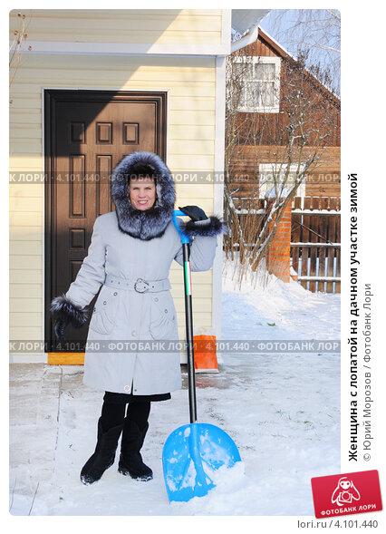 Купить «Женщина с лопатой на дачном участке зимой», эксклюзивное фото № 4101440, снято 8 декабря 2012 г. (c) Юрий Морозов / Фотобанк Лори