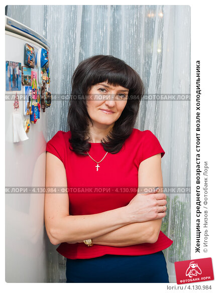 Купить «Женщина среднего возраста стоит возле холодильника», эксклюзивное фото № 4130984, снято 15 декабря 2012 г. (c) Игорь Низов / Фотобанк Лори