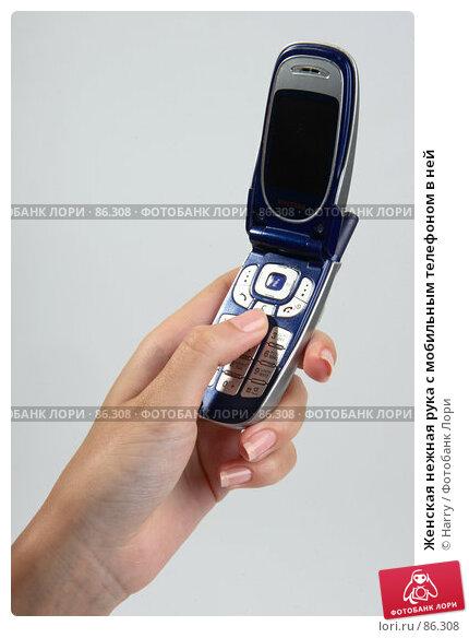 Женская нежная рука с мобильным телефоном в ней, фото № 86308, снято 23 июня 2007 г. (c) Harry / Фотобанк Лори