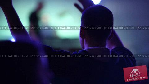 Купить «Зрители на концерте в клубе», видеоролик № 22637648, снято 18 апреля 2016 г. (c) Сергей Мнацаканов / Фотобанк Лори