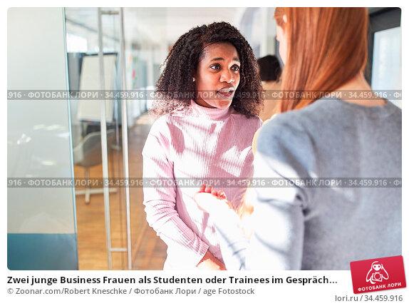 Zwei junge Business Frauen als Studenten oder Trainees im Gespräch... Стоковое фото, фотограф Zoonar.com/Robert Kneschke / age Fotostock / Фотобанк Лори